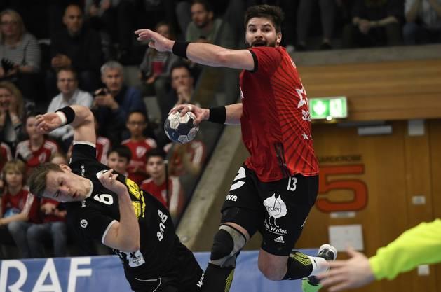 HSC-Topskorer Milan Skvaril setzt sich gegen die Defensive von Pfadi durch.