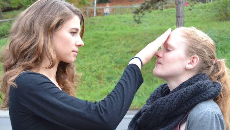Jana Meindl (links) und Melanie Borner behandeln in ihrer Maturaarbeit das Thema Hypnose.