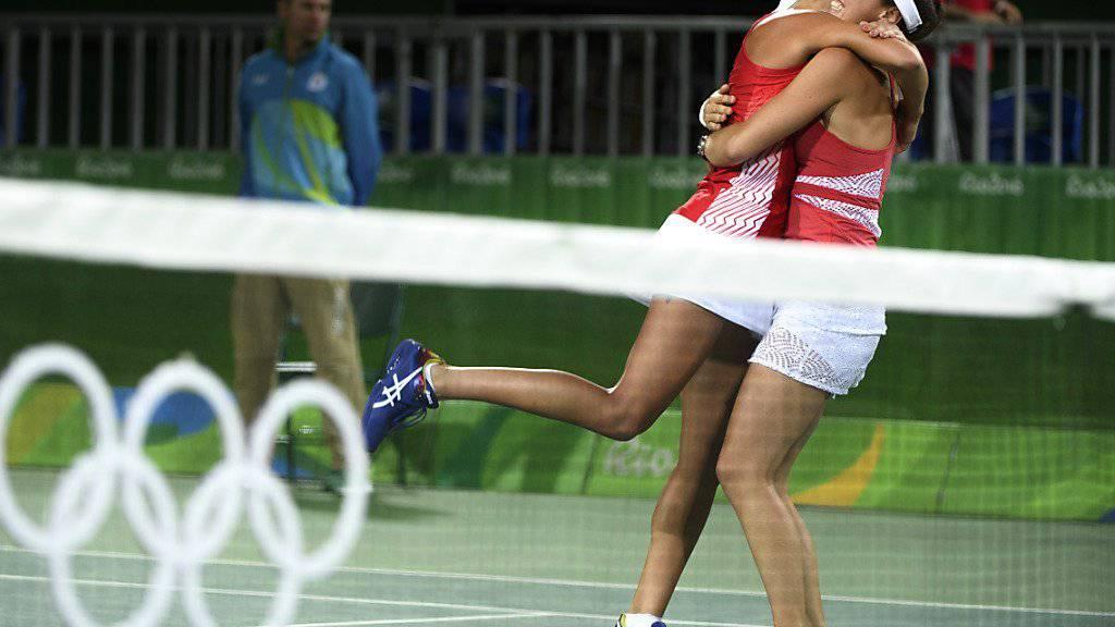 Martina Hingis (rechts) bejubelt mit Timea Bacsinszky den Finalvorstoss im Doppel bei Olympia in Rio