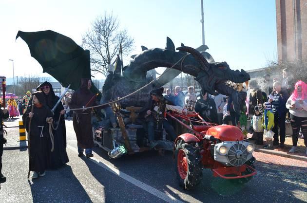 Mit einem wahrhaft schauerlichen Wagen präsentierte sich die Konfetti GmbH aus Bettwil. Ihr Sujet hiess «Drachenkrieger».