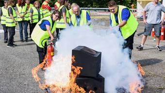 Das Team der A1-Sendung von SRF wird im Umgang bei Brandsituationen geschult