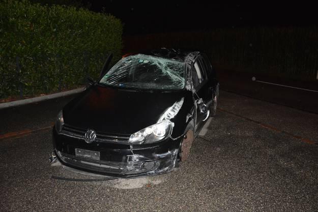 Das Auto krachte in die Leiteinrichtung. Der 33-jährige Rumäne fuhr nach dem Unfall einfach weiter.