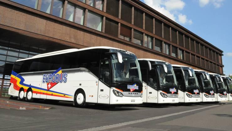 Eurobus expandiert mit Zukauf. Im Bild die Flotte vor dem Reisezentrum in Windisch. (Archiv)