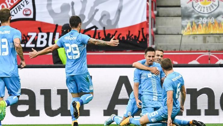 Mario Gavranovic wird von seinen Teamkollegen nach dem Tor in Salzburg gefeiert