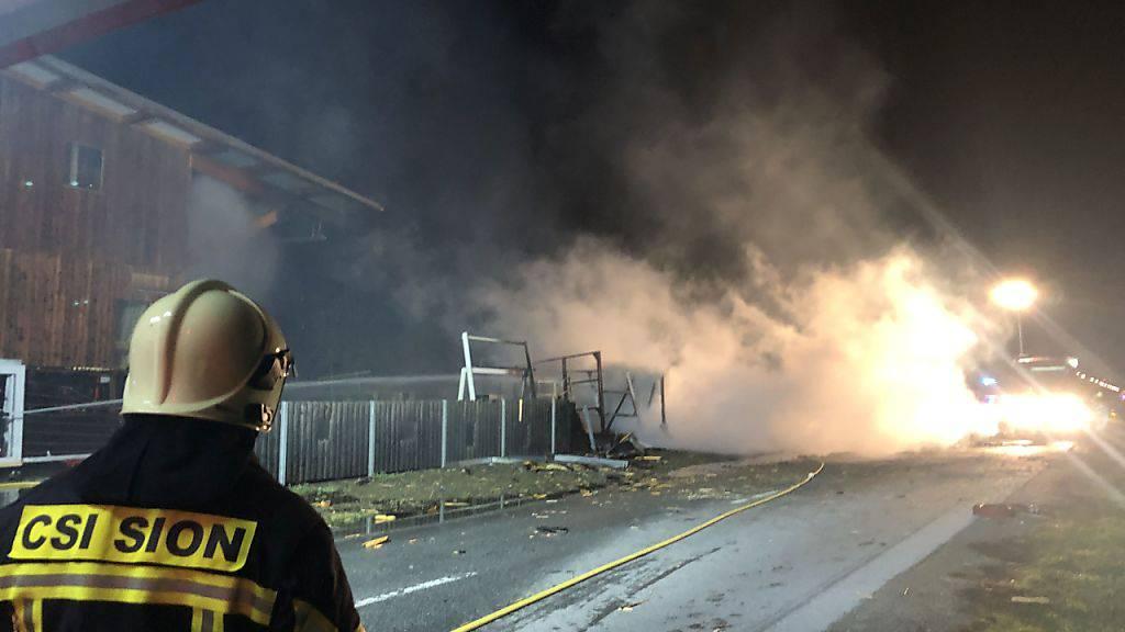 Ein Feuerwehrmann wurde bei den Löscharbeiten eines brennenden Container am Freitagabend leicht verletzt.