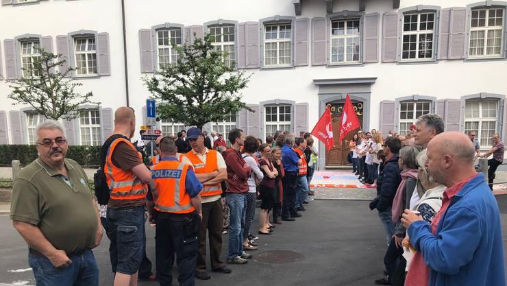 Protest gegen die Rentenkürzung bei den Staatsangestellten vor dem Landrat.