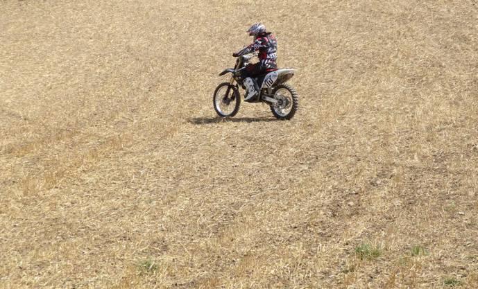 Die grosse Einsamkeit des Motocrossfahrers, dessen Maschine nach dem Start lange nicht angesprungen ist