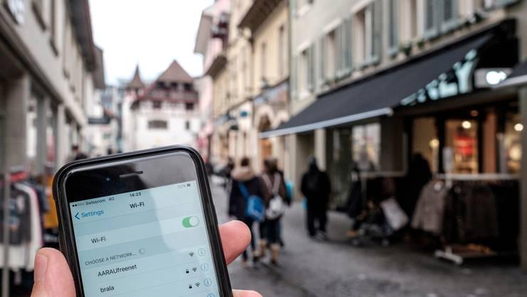 Das Bundesamt für Gesundheit plant, per Handydaten zu prüfen, ob die Schweizer Bevölkerung die Anweisungen des Bundesrats befolgt. (Bild: Mario Heller)
