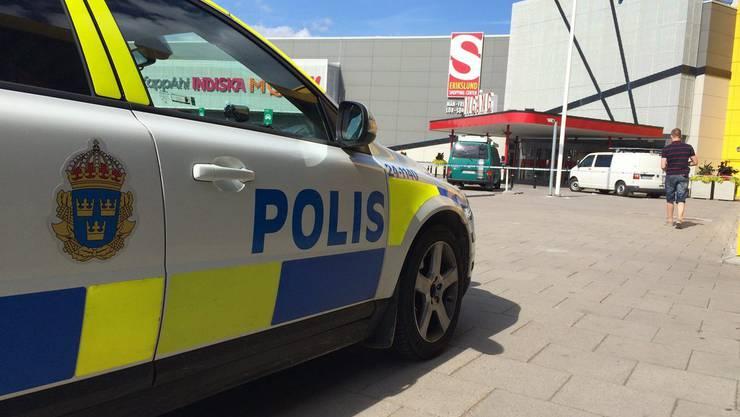 Ein Polizeiauto vor der Ikea-Filiale, wo der Angriff geschah.