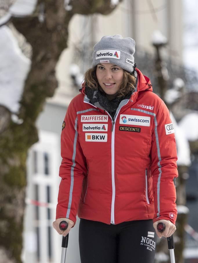 Michelle Gisin mit Krücken, unterwegs in ihrer Heimat Engelberg.