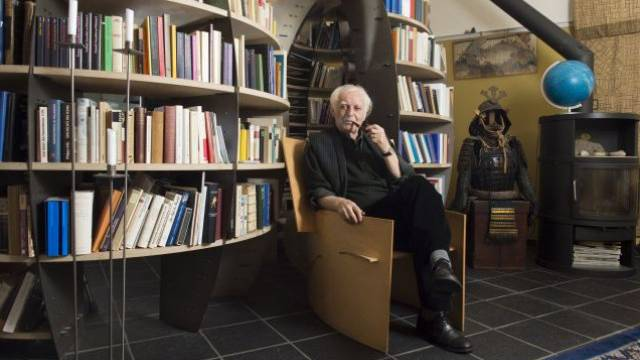 Ein Leben in der Bücherwelt: Schriftsteller Adolf Muschg in seinem Schreibzimmer mit Samurai-Krieger. Foto: Alex Spichale