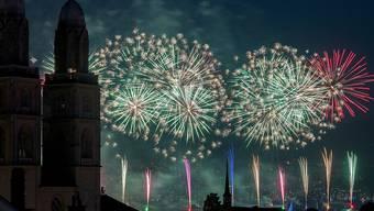 Geglückter Auftakt zum Züri Fäscht 2016: Das erste Feuerwerk lockte zehntausende Menschen ans Zürcher Seebecken. Dank dem neuen Sicherheitskonzept kam es zu keinen Zwischenfällen.