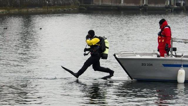 Polizeitaucher aus der ganzen Schweiz suchen im Zugersee nach der verschwundenen Dänin