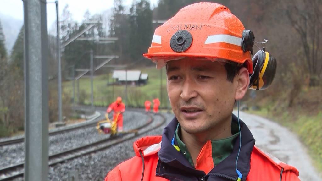 Flüchtling macht Ausbildung zum Gleisbauer