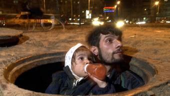 Ein obdachloser Mann mit seinem Kind in der rumänischen Hauptstadt Bukarest (Archiv)