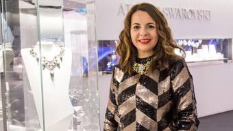Nathalie Colin ist seit zehn Jahren Kreativdirektorin von Swarovski. An der Baselworld zeigt sie uns den Schmuck aus der Herbst- und Winterkollektion 2017. Sie trägt ein assymetrisches Collier, das gerade stark mit der Mode geht.