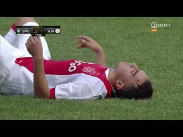 Ajax youngster Abdelhak Nouri collapses on the pitch during a friendly vs Werder Bremen (08/07/2017)