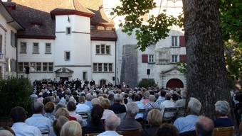 Mehrere hundert Zuhörer lauschten der traditionellen Jugendfestserenade im Hof vom Schloss Lenzburg. tf