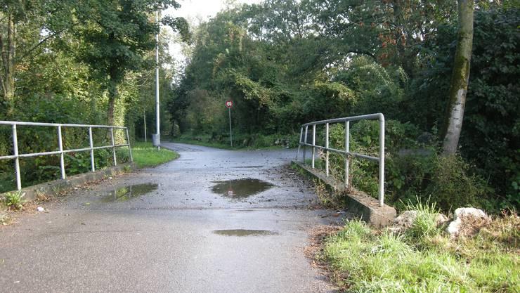 Der Veloweg bei oz13 endet nach links in einer Sackgasse, weil eine Brücke über die Oesch fehlt. Foto: Rahel Meier