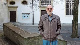 Ein vitaler Hermann Alter blickt vor der Stadtkirche auf die vergangenen 65 Jahre zurück.
