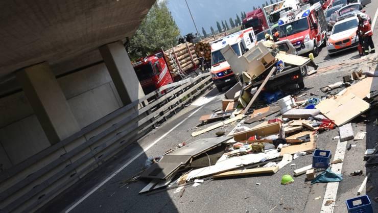 Der Wohnaufbau des Fahrzeugs wurde zerstört und der Inhalt landete auf der Autobahn.