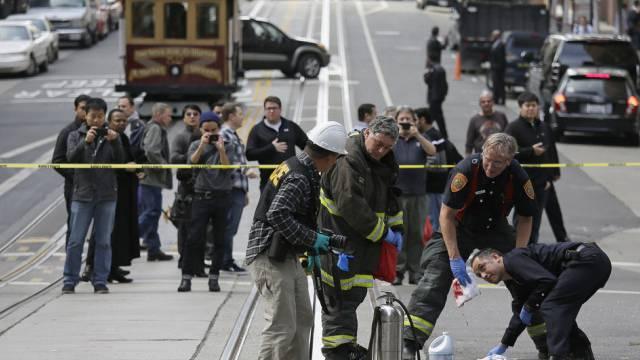 Feuerwehrleute in San Francisco putzen die Strasse nach dem Sturz