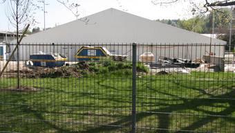 Noch steht das Zelt, das den ganzen Winter Arbeiten am Sportbecken ermöglicht hat.