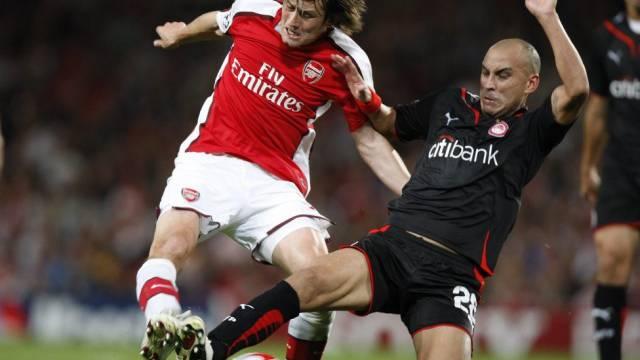 Arsenals Tomas Rosicky (l.) im Zweikampf mit Cristian Ledesma