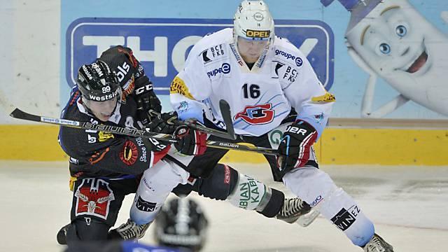Der Berner Pascal Berger (l.) gegen Fribourgs Martin Ness.
