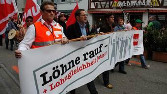 Urs Hofmann am 1. Mai: 2006 marschierte der damalige Gewerkschaftspräsident (2. von links) an der Spitze der Demonstration durch Baden, am Montag spricht er in Brugg.