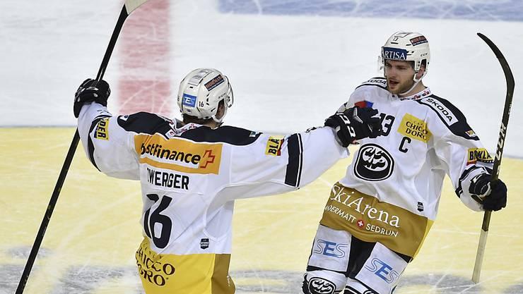 Marco Müller (rechts) sicherte seinem Team im Penaltyschiessen den Zusatzpunkt
