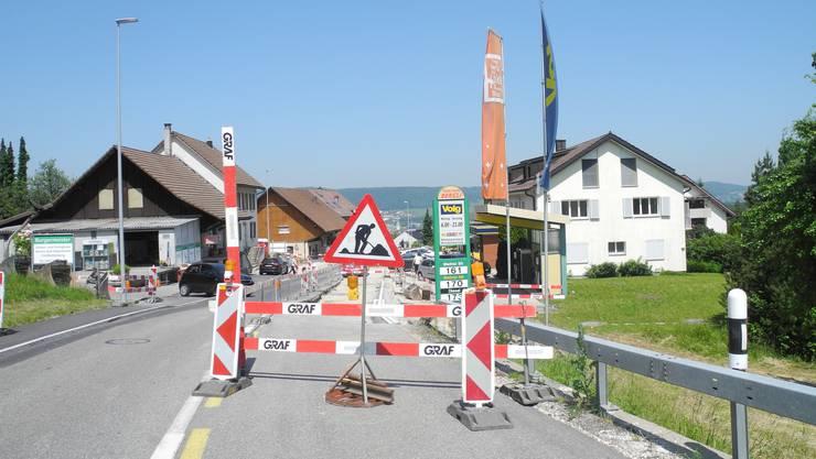 Seit Oktober wird die Bergstrasse in Bergdietikon saniert.  Aufgrund des Sanierungs-Projekts wird ab kommenden Dienstag die Baltenschwilerstrasse gesperrt sein. Trotz der Sperrung bleibt der Volg weiterhin geöffnet.