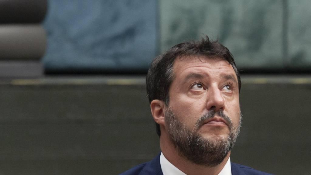 Matteo Salvini, ehemaliger Innenminister von Italien, sitzt im Gerichtssaal. Italien entschärft die unter Ex-Innenminister Matteo Salvini eingeführten Anti-Migrationsgesetze und senkt die Geldstrafen für Seenotretter beim unerlaubten Einlaufen. Foto: Valeria Ferraro/SOPA Images via ZUMA Wire/dpa