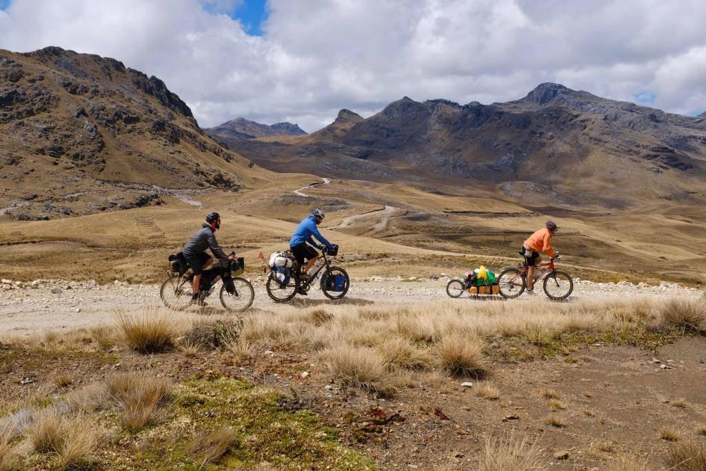 Auf einem Inka Trail in Peru mit Nik (l.) und Massi (r.) aus Italien. (© Martin Ruggle)