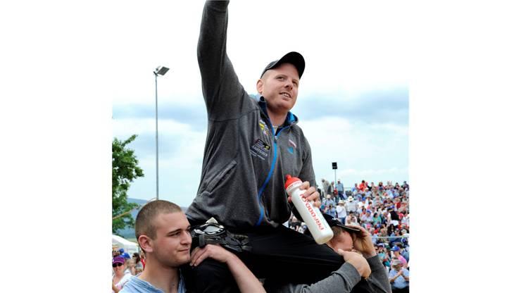 Festsieger Matthias Glarner (Berner Oberländer) lässt sich feiern.