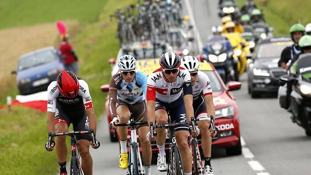 Der Belgier Oliver Naesen (Mitte) feierte den 17. Saisonsieg für das Team IAM
