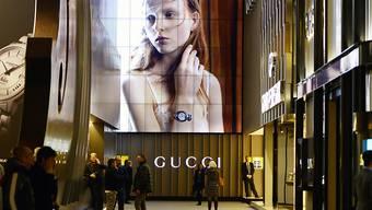 Gute Verkäufe bei den Luxuslabeln Gucci und Yves Saint Laurent haben 2016 beim Luxusgüterkonzern Kering für deutlich mehr Gewinn gesorgt. (Archiv)