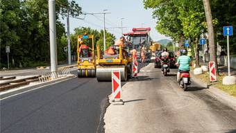 Vom 27. Juli bis am 9. August wird der Strassenbelag der Riehenstrasse und der Äusseren Baselstrasse komplett ersetzt. (Symbolbild)
