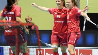 Corin Rüttimann, Flurina Marti und Isabelle Gerig (von links nach rechts) bejubeln das 3:0 für die Schweiz