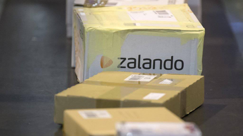 Viele Schweizer und Schweizerinnen bestellen Kleider, Elektronikartikel und andere Waren im Internet. Davon profitieren nicht nur die Online-Anbieter, sondern auch die Post (Archiv).