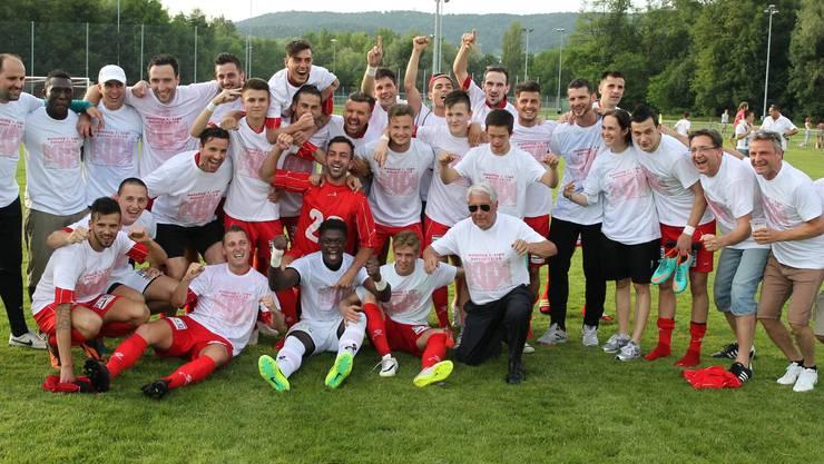 Mannschaft und Unterstützer feiern nach dem 4:1 gegen Oerlikon/Polizei den grossen Moment.