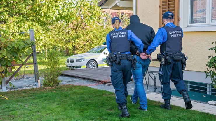 Zwei Männer, die versuchten sich einer Polizeikontrolle zu entziehen, konnten nach einer kurzen Verfolgungsjagd zu Fuss festgenommen werden. (Symbolbild)