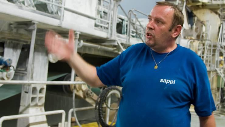 Karl Reiter erklärt die Papierherstellung auf der Produktionslinie 8.
