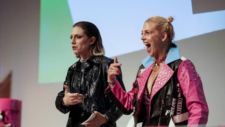 Bühnenkünstlerin Jane «the Pain» Mumford und Schauspielerin Momo «the Maniac» Kunz führten durch die Preisverleihung.