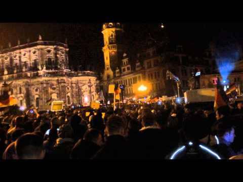 O du fröhliche: Pegida-Gegner in Dresden singen Weihnachtslieder