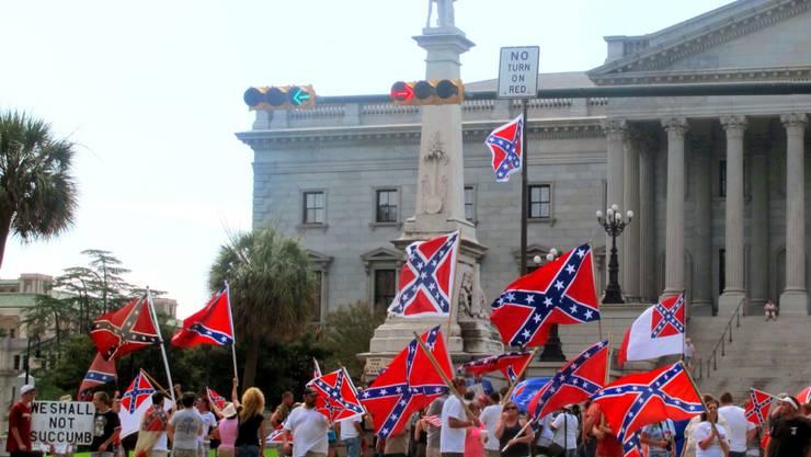 Südstaaten-Flagge-Fans vor dem Parlamentsgebäude in Columbia wollen die Fahne nicht abgehängt sehen