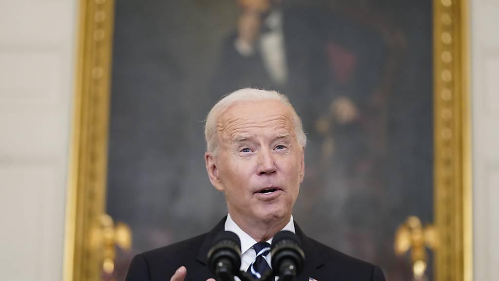 Joe Biden, Präsident der USA, spricht im State Dining Room des Weißen Hauses. Foto: Andrew Harnik/AP/dpa