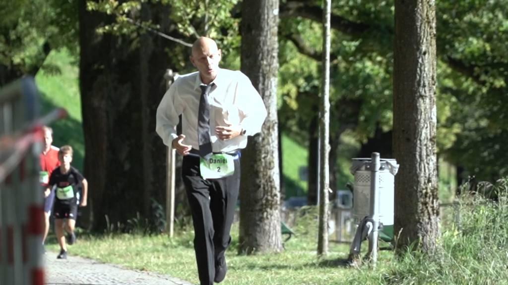 Mit wehender Krawatte und Hemd: Wer läuft schneller als Mr. Corona?