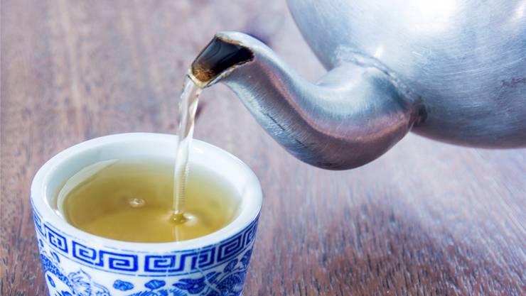 Sich eine Zeit lang nur von Säften und Tees zu ernähren, ist nicht unbedenklich. iStockphoto