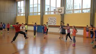 Mit vollem Engagement in der Turnhalle des Schulhauses: Simon Schelling (im roten T-Shirt) hat Spass daran, Kinder zu unterrichten.